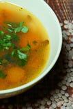 Sopa de lentilha em uma bacia verde na tabela velha Foto de Stock
