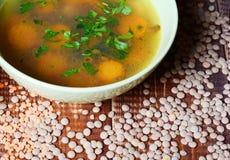 Sopa de lentilha em uma bacia verde na tabela velha Imagens de Stock