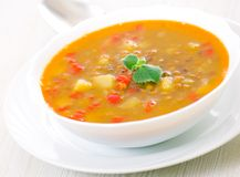 Sopa de lentilha na bacia Fotografia de Stock Royalty Free