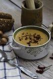 Sopa de lentilha vermelha com os vegetais no fundo de madeira Imagens de Stock Royalty Free