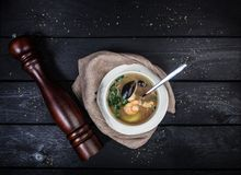 Sopa de los mariscos con las gambas y los mejillones foto de archivo libre de regalías