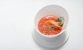 Sopa de los mariscos en el plato blanco imagen de archivo