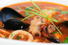 Sopa de los mariscos en el primer blanco del plato Imagenes de archivo