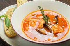 Sopa de los pescados con los tomates y los mejillones Imágenes de archivo libres de regalías