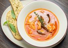Sopa de los pescados con los tomates y los mejillones Fotos de archivo libres de regalías