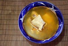 Sopa de los pescados en un cuenco de Talavera Fotos de archivo libres de regalías