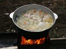 Sopa de los pescados en un fuego abierto Imágenes de archivo libres de regalías