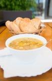 Sopa de los pescados y un pedazo de tostada Imagenes de archivo
