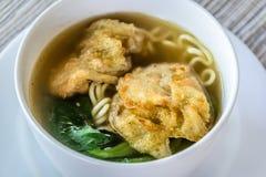 Sopa de macarronete com bolinha de massa e os vegetais fritados Imagem de Stock