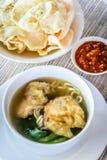 Sopa de macarronete com bolinha de massa e os vegetais fritados Foto de Stock Royalty Free