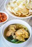 Sopa de macarronete com bolinha de massa e os vegetais fritados Foto de Stock