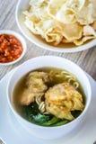 Sopa de macarronete com bolinha de massa e os vegetais fritados Fotografia de Stock Royalty Free