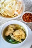 Sopa de macarronete com bolinha de massa e os vegetais fritados Imagem de Stock Royalty Free