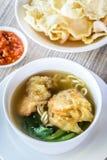 Sopa de macarronete com bolinha de massa e os vegetais fritados Fotografia de Stock