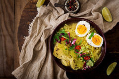 Sopa de macarronete com galinha, aipo e ovo em uma bacia Imagens de Stock