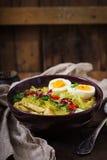 Sopa de macarronete com galinha, aipo e ovo em uma bacia Fotos de Stock Royalty Free