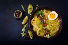 Sopa de macarronete com galinha, aipo e ovo em uma bacia Foto de Stock