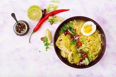 Sopa de macarronete com galinha, aipo e ovo em uma bacia em um fundo claro Imagem de Stock Royalty Free