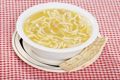 Sopa de macarronete da galinha com biscoitos salgados Imagem de Stock Royalty Free