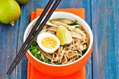 Sopa de macarronete da galinha com pimenta de cebola verde, de gengibre, de coentro e de pimentão Culinária asiática Imagem de Stock Royalty Free