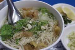Sopa de macarronete da galinha em Mandalay, Myanmar foto de stock royalty free