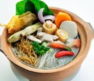 Sopa de macarronete de Claypot com estilo chinês dos vegetais fotos de stock