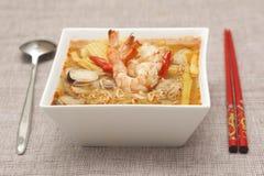 Sopa de macarronete de Tom Yum Koong imagem de stock royalty free