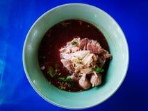 Sopa de macarronete do arroz com carne imagem de stock