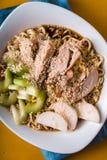 Sopa de macarronete dos Ramen, aipo, galinha em um close up amarelo da tabela Foto de Stock