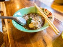 Sopa de macarronete e bola de carne imagem de stock