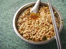 Sopa de macarronete imediato picante asiática fotografia de stock