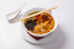 Sopa de macarronete japonesa dos ramen na bacia profunda imagens de stock