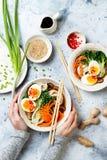 Sopa de macarronete japonesa tradicional com ovos, couve dos Ramen de pak choi, caldo da carne, cenoura, cogumelos na bacia imagem de stock royalty free