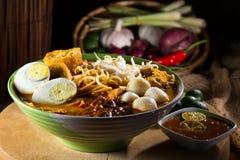 sopa de macarronete picante do caril tradicional Fotografia de Stock
