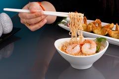 Sopa de macarronete tailandesa com camarões Foto de Stock