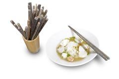 Sopa de macarronete tailandesa com hashi Fotos de Stock Royalty Free
