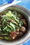 Sopa de macarronetes da carne com a bola da carne da carne Imagem de Stock Royalty Free