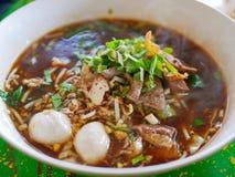Sopa de macarronetes fresca com carne de porco e seu caldo grosso saboroso Guay Tiao alimento delicioso e saudável de Nam Tok Moo fotos de stock