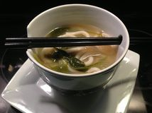 Sopa de Miso en cuenco con los palillos Foto de archivo