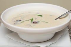 Sopa de Miso en el plato blanco Fotografía de archivo