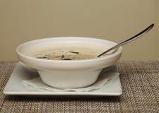 Sopa de Miso en el plato blanco Foto de archivo libre de regalías