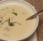 Sopa de Miso en el plato blanco Imagen de archivo