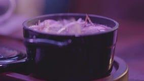 Sopa de miso sabrosa en un cuenco negro con una tapa en la tabla Concepto sano del alimento almacen de metraje de vídeo