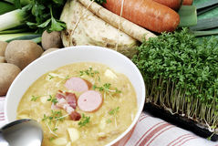 Sopa de patatas en un tazón de fuente Imagen de archivo