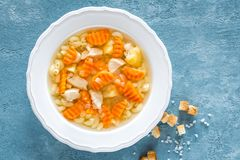 Sopa de pollo, caldo con la carne, pastas y verduras Imagen de archivo