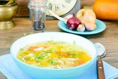 Sopa de pollo con bróculi, zanahorias y apio, calabaza y Nood Fotos de archivo