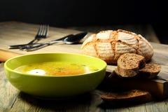 Sopa de pollo con el huevo escalfado. Imagenes de archivo