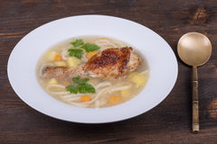 Sopa de pollo con los tallarines y las verduras Foto de archivo