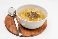 Sopa de pollo en blanco foto de archivo libre de regalías