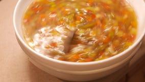 Sopa de pollo fresca 4k UHD almacen de metraje de vídeo